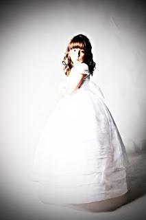 niña-comunion-reportaje-fotografico-retro-motos-guapa-estudio-blanco-vestido