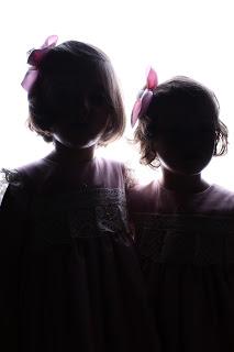mellizas-gemelas-niñas-reportaje-fotografico-fotografia-creativa-rosa-blanco-contraluz