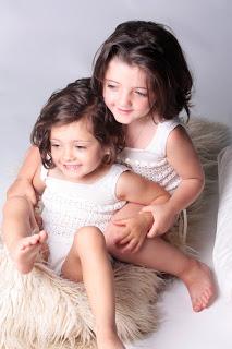 niñas-gemelas-mellizas-reportaje-fotografico-fotografia-creativa-hermanas-piel