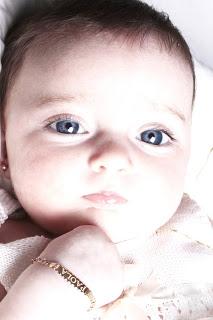 paola-bebe-reportaje-fotográfico-blanco-ojos-azules-guapa-fotografia-creativa