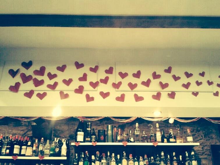 decoración-san-valentín-el-cafelito-hinojedo-que-tono-de-verde-corazones-rojo-bar-cafeteria-bonito-elegante-botellas-papel-love-columna-pompoms-blanco-corazon-degradad