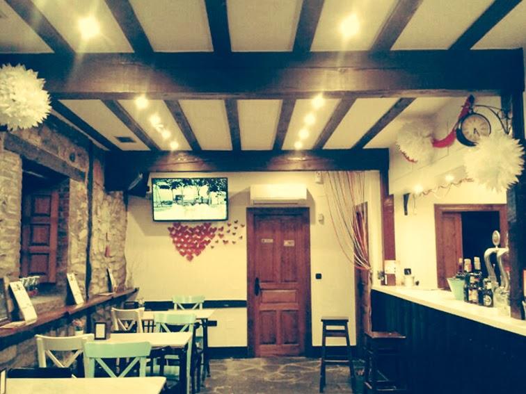 decoración-san-valentín-el-cafelito-hinojedo-que-tono-de-verde-corazones-rojo-bar-cafeteria-bonito-elegante-botellas-papel-love-columna-pompoms-blanco-corazon-vintage