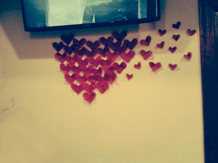 decoración-san-valentín-el-cafelito-hinojedo-que-tono-de-verde-corazones-rojo-bar-cafeteria-bonito-elegante-botellas-papel-love-columna-pompoms-blanco-corazon