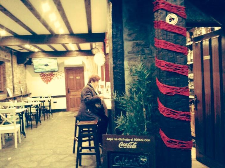 decoración-san-valentín-el-cafelito-hinojedo-que-tono-de-verde-corazones-rojo-bar-cafeteria-bonito-elegante-botellas-papel-love-columna-pompoms