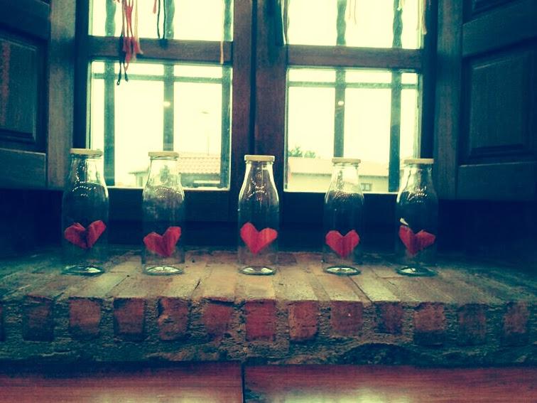 decoración-san-valentín-el-cafelito-hinojedo-que-tono-de-verde-corazones-rojo-bar-cafeteria-bonito-elegante-botellas-papel-love