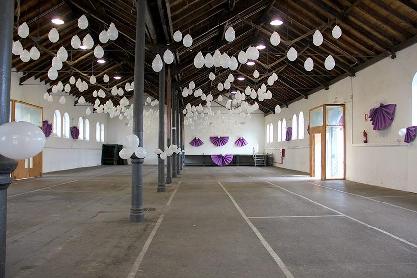 decoracion-mercado-carnaval-que-tono-de-verde-saron-cantabria-globos-blanco-morado-papel-abanicos-decor-roseton