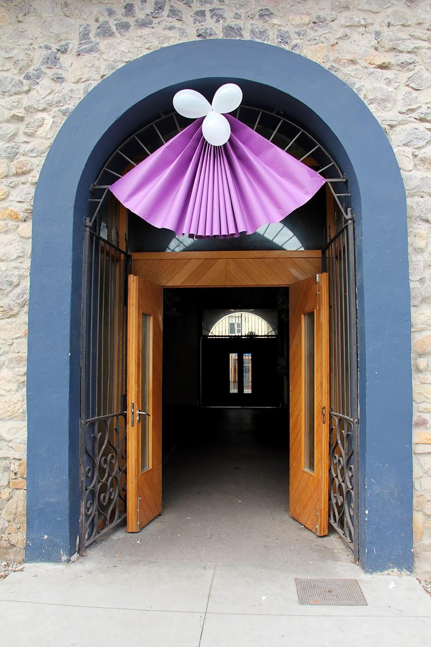 decoracion-mercado-saron-puerta-secundaria-abanico-morado-que-tono-de-verde-carnaval-blanco-globos