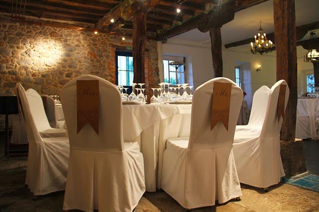 decoracion-sillas-papel-mr-mrs-letras-cada-invitado-seating-que-tono-de-verde-novios