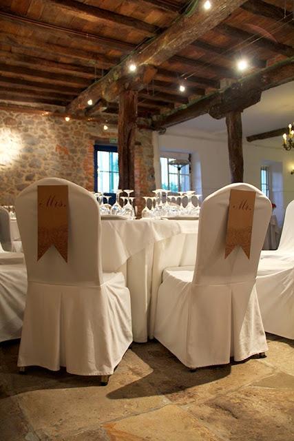 decoracion-sillas-papel-mr-mrs-letras-cada-invitado-seating-que-tono-de-verde