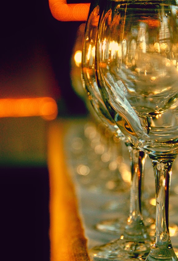 evento-zeta-saron-fiesta-casino-decoracioon-que-tono-de-verde-botellas-patelts-velas-papel-estraza-copas