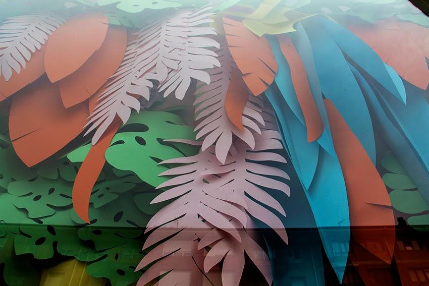 escaparate-verano-optica-renedo-jardin-vertical-flores-hawaianas-hojas-colores-muchos-windows-howcase-escaparatismo-proyecto-colors-flowers-que-tono-de-verde-saron-decoracion