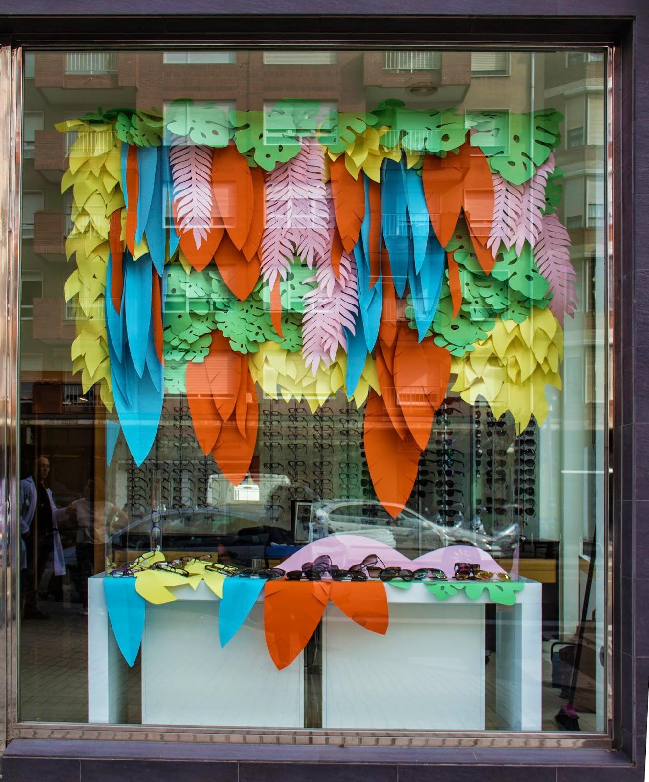 escaparate-verano-optica-renedo-jardin-vertical-flores-hawaianas-hojas-colores-muchos-windows-howcase-escaparatismo-proyecto-colors-flowers-que-tono-de-verde-saron