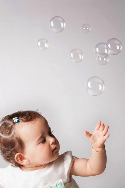 bebe-niña-guapa-fotografia-artistica-cantabria-saron-santander-baby-girl-photography-ideas-fotos-estudio-pompas-02