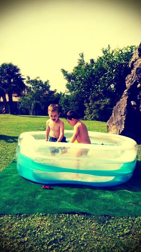 summer-time-niños-baby-children-foto-photo-verano-piscina-photografia-jardin-garden-que-tono-de-verde-saron-cantabria